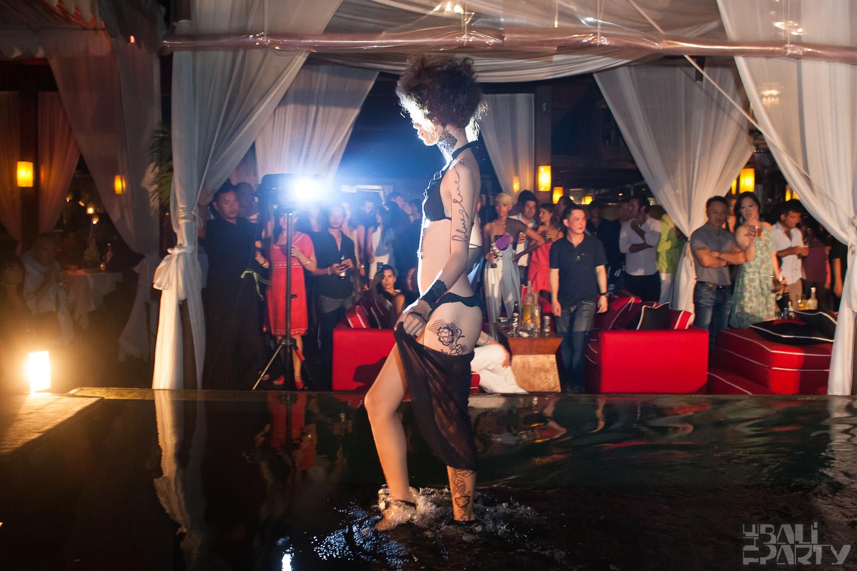 016_Fashion TV Blue Glue Bikini Fashion Show @Hu'u Bar 2011-08-12
