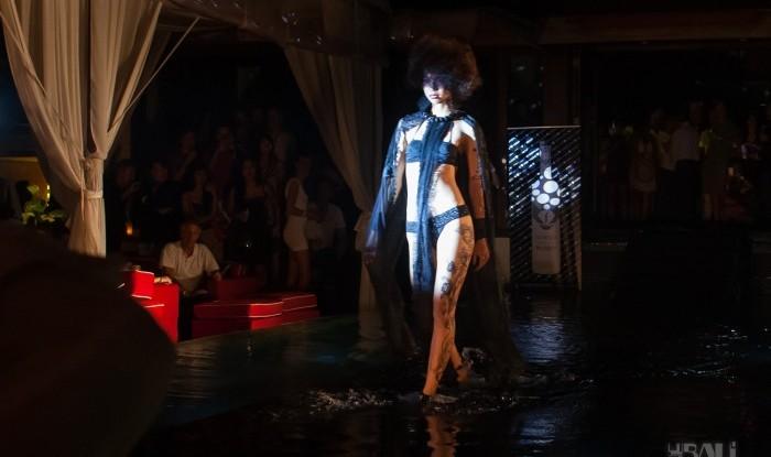 029_Fashion TV Blue Glue Bikini Fashion Show @Hu'u Bar 2011-08-12