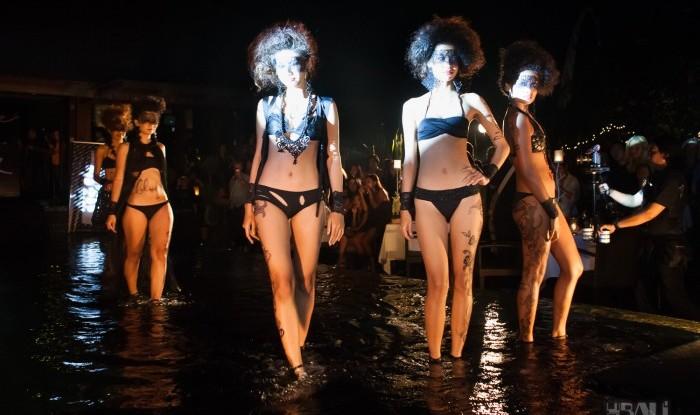 037_Fashion TV Blue Glue Bikini Fashion Show @Hu'u Bar 2011-08-12