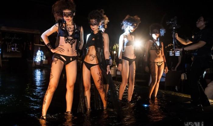 039_Fashion TV Blue Glue Bikini Fashion Show @Hu'u Bar 2011-08-12