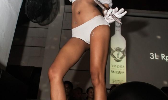 055_Fashion TV Blue Glue Bikini Fashion Show @Hu'u Bar 2011-08-12